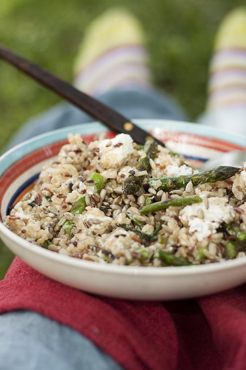 odlična obrok salata sa šparglama i pirinčem