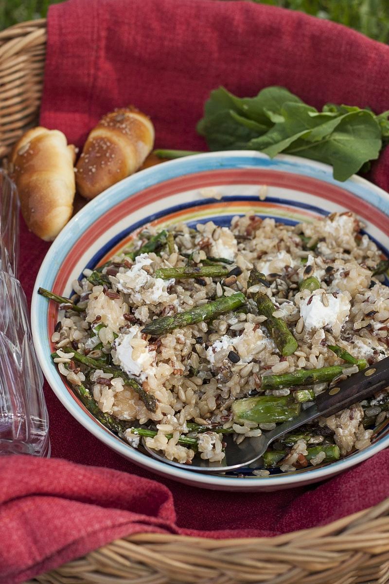 salata sa integralnim pirinčem i grilovanim šparglama