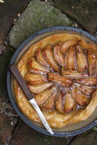 Sočni tart sa mirisnim i slatkim jesenjim kruskama