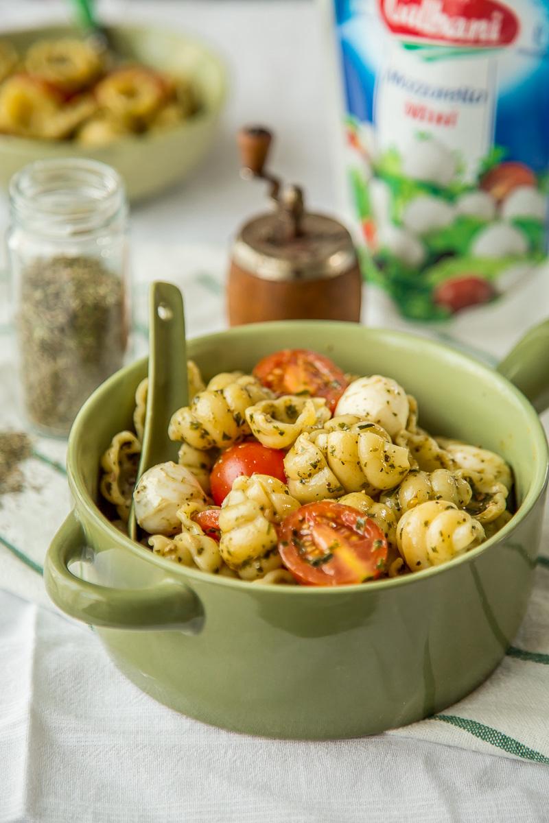 Pasta salata sa mocarelom, paradajzom i bosiljkom