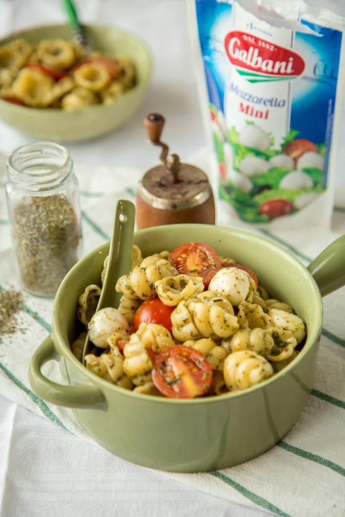 Testenina sa paradajzom, bosiljkom i mocarelom