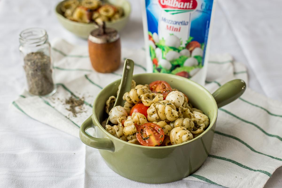 Salata sa testeninom, bosiljkom, paradajzom i mocarelom