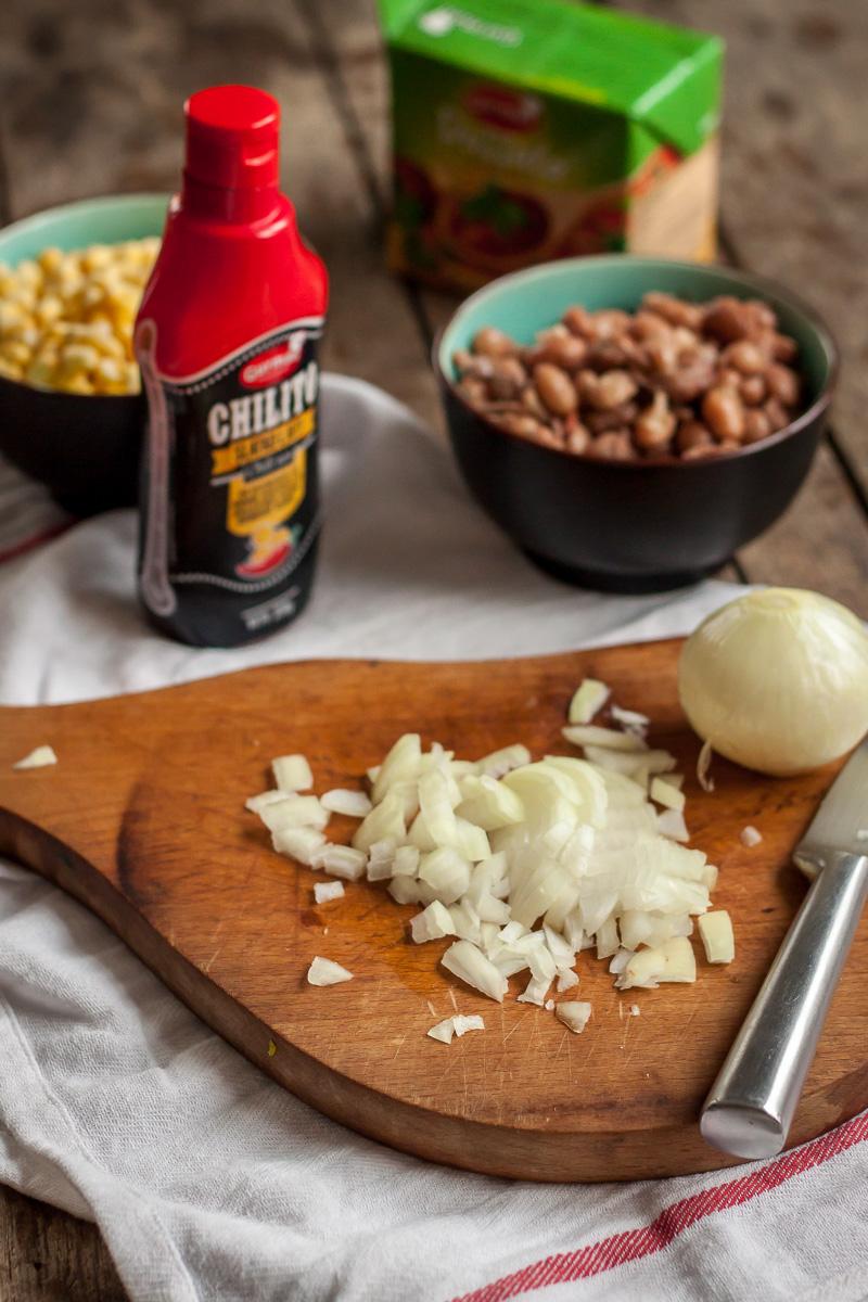 Priprema vegetarijanskog čilija - iseckan luk