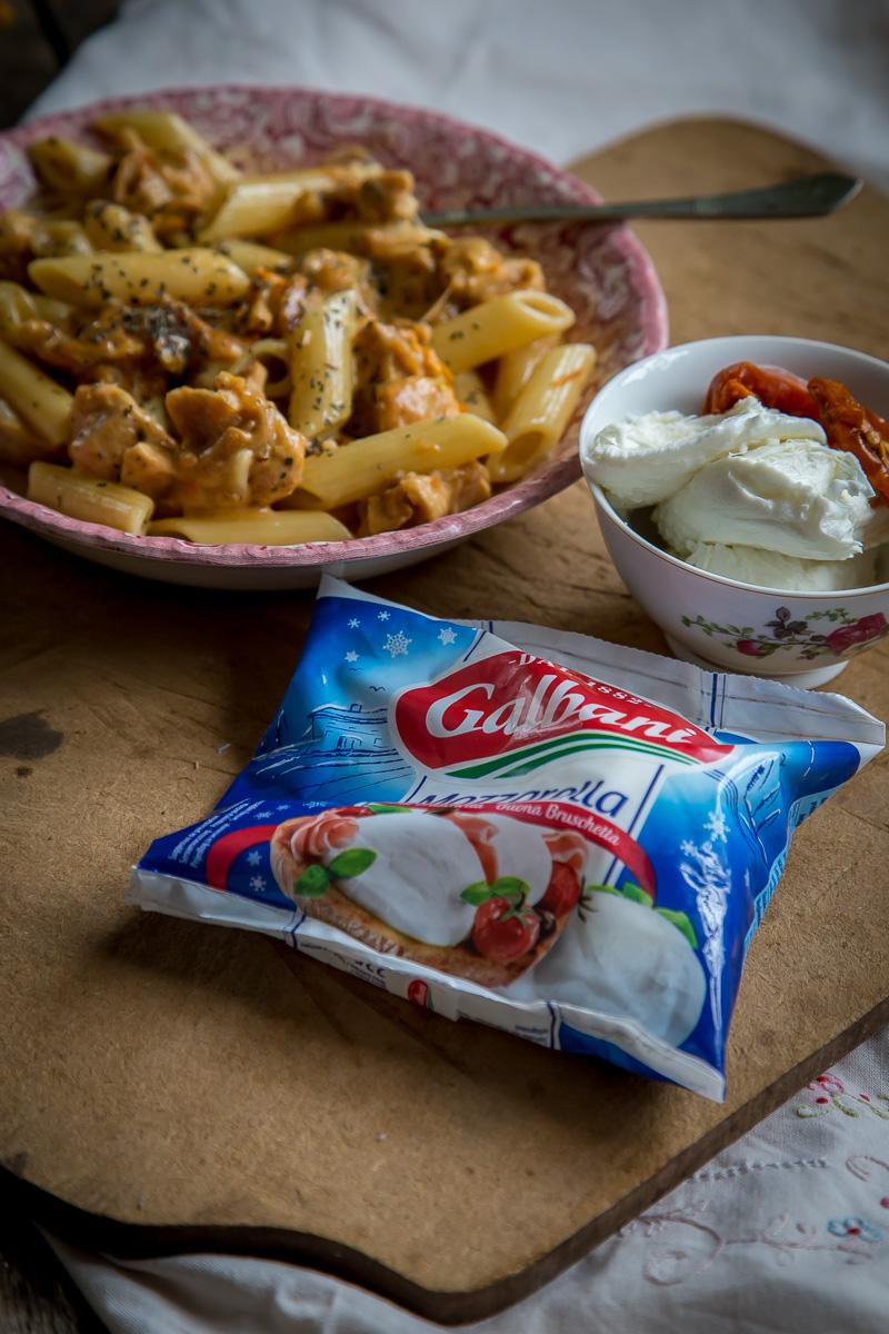 sastojci za pastu sa sušenim paradajzom, piletinom i mocarelom