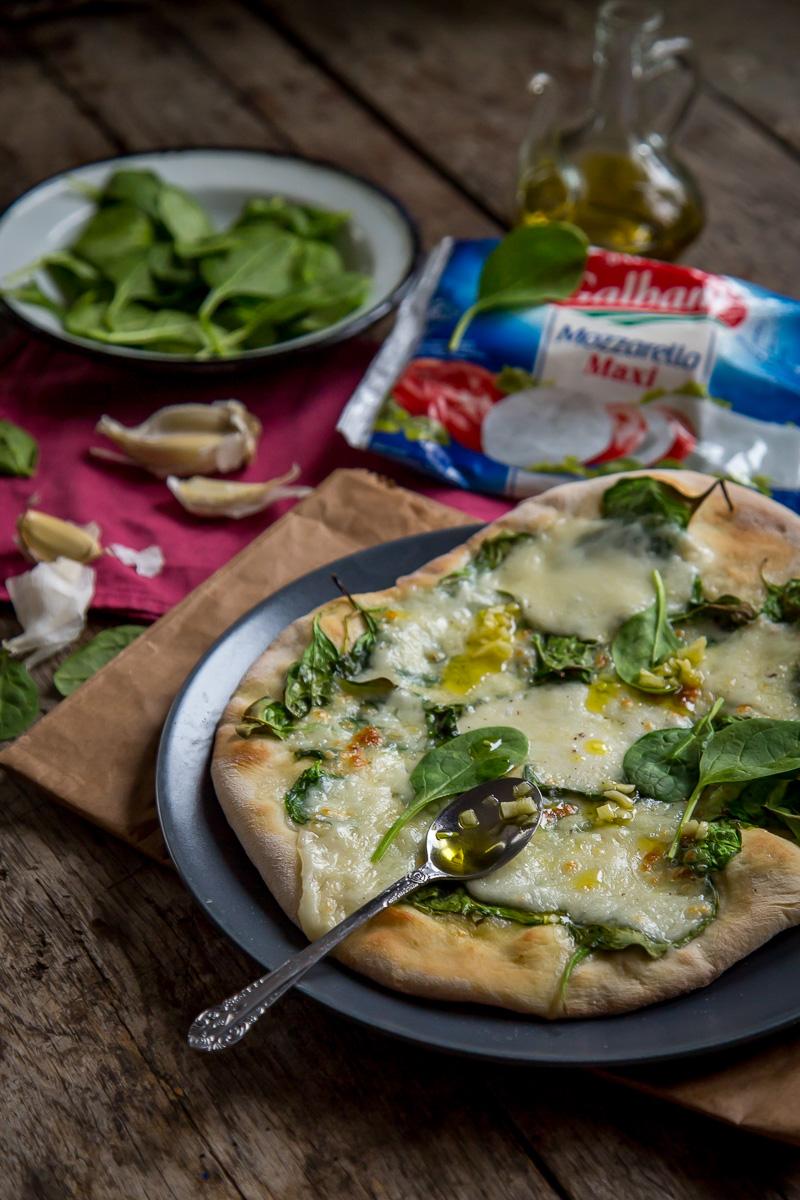 pica sa spanaćem, mocarelom i belim lukom