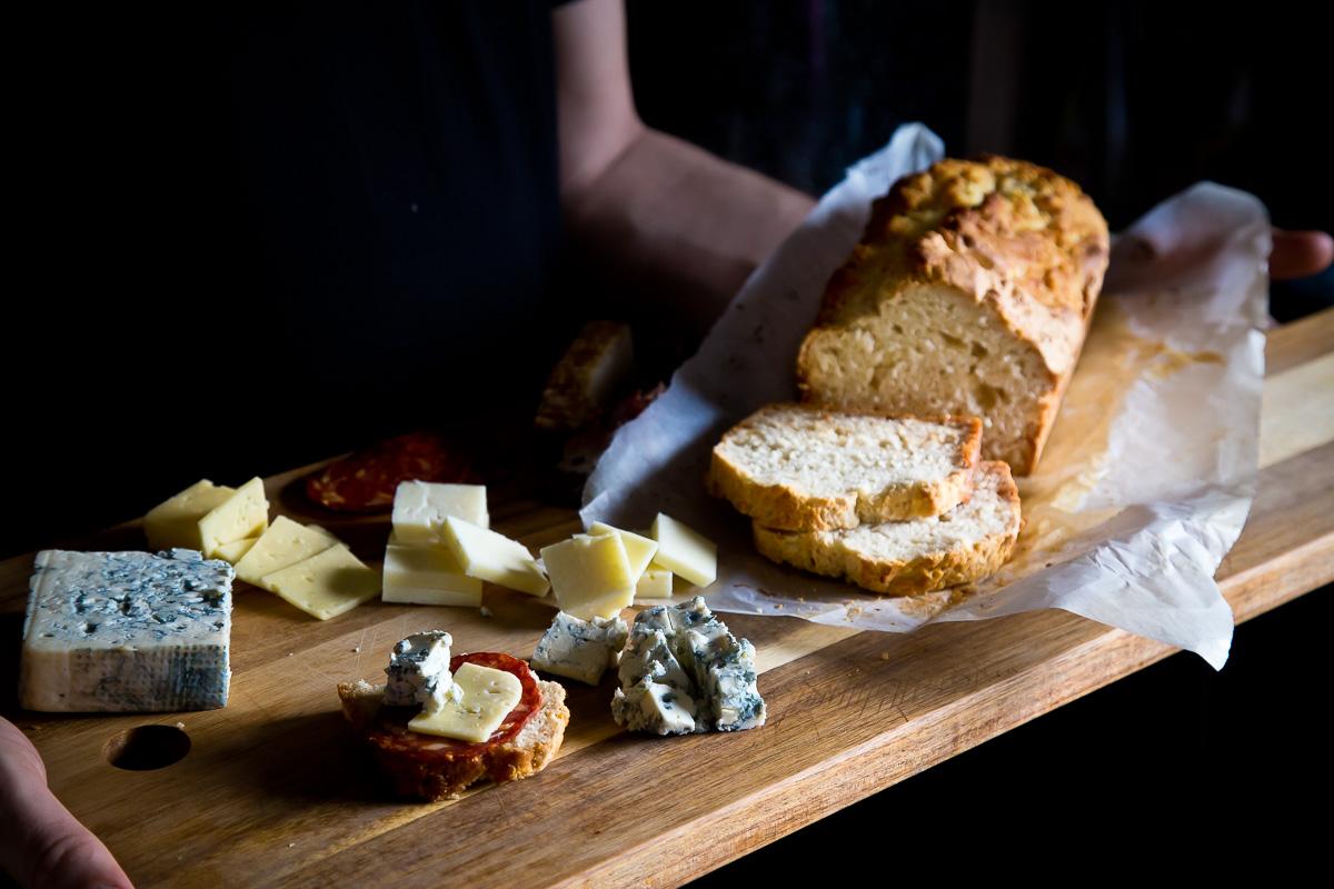 Sirevi i brzi hleb sa pivom i medom