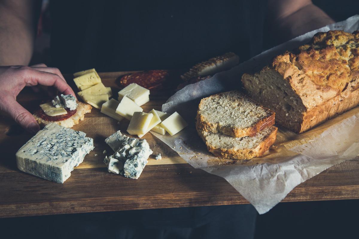 Cheese board sa brzim hlebom sa pivom