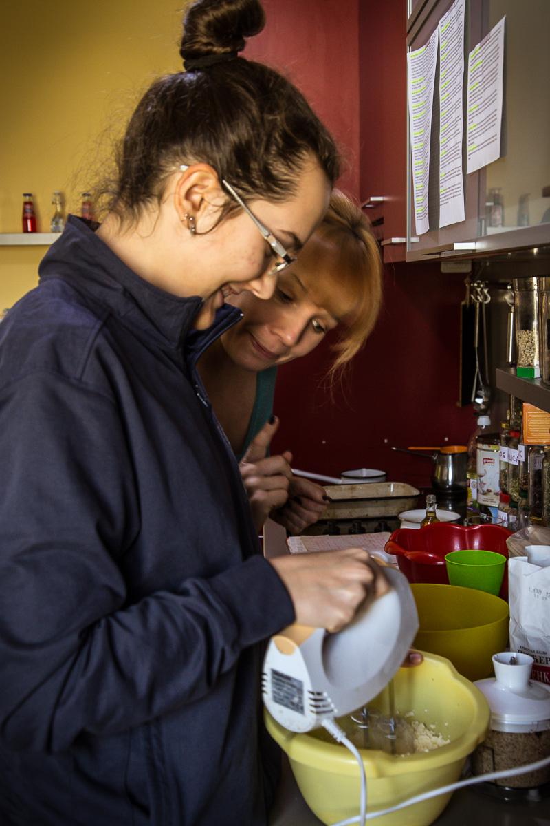 Mama i ćerka prave kolače