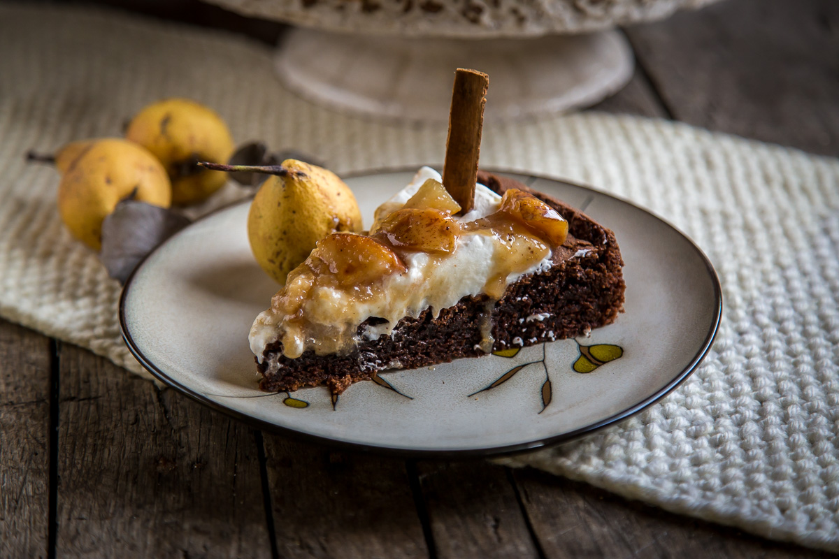 Parče čokoladne torte sa kruškama dinstanim na puteru