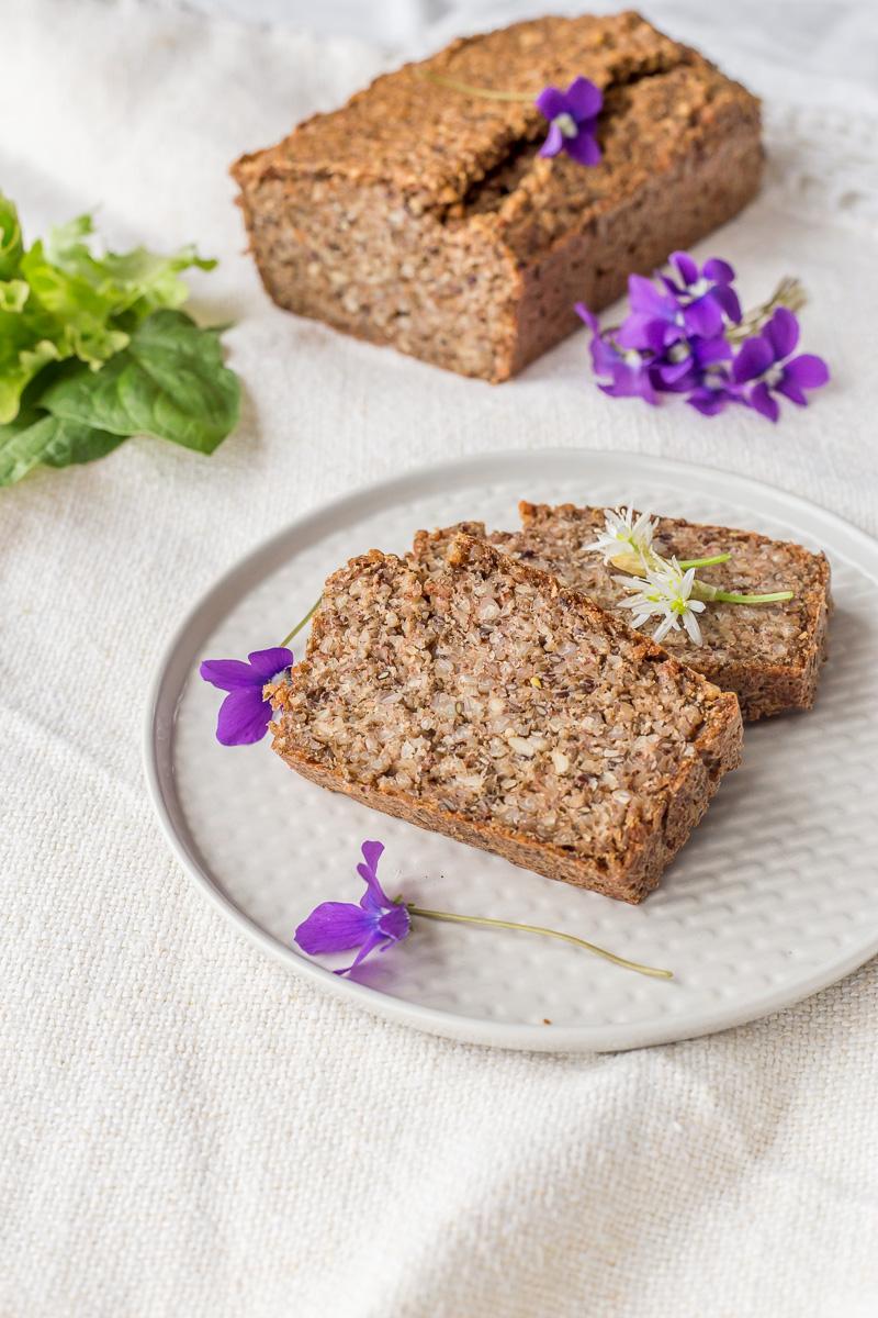 Hleb sa heljdom - od zrna heljde, čia semenki i lana