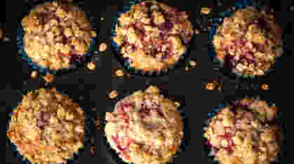 ukusni mafini sa višnjama i hrskavim posipom fotografisani odozgo