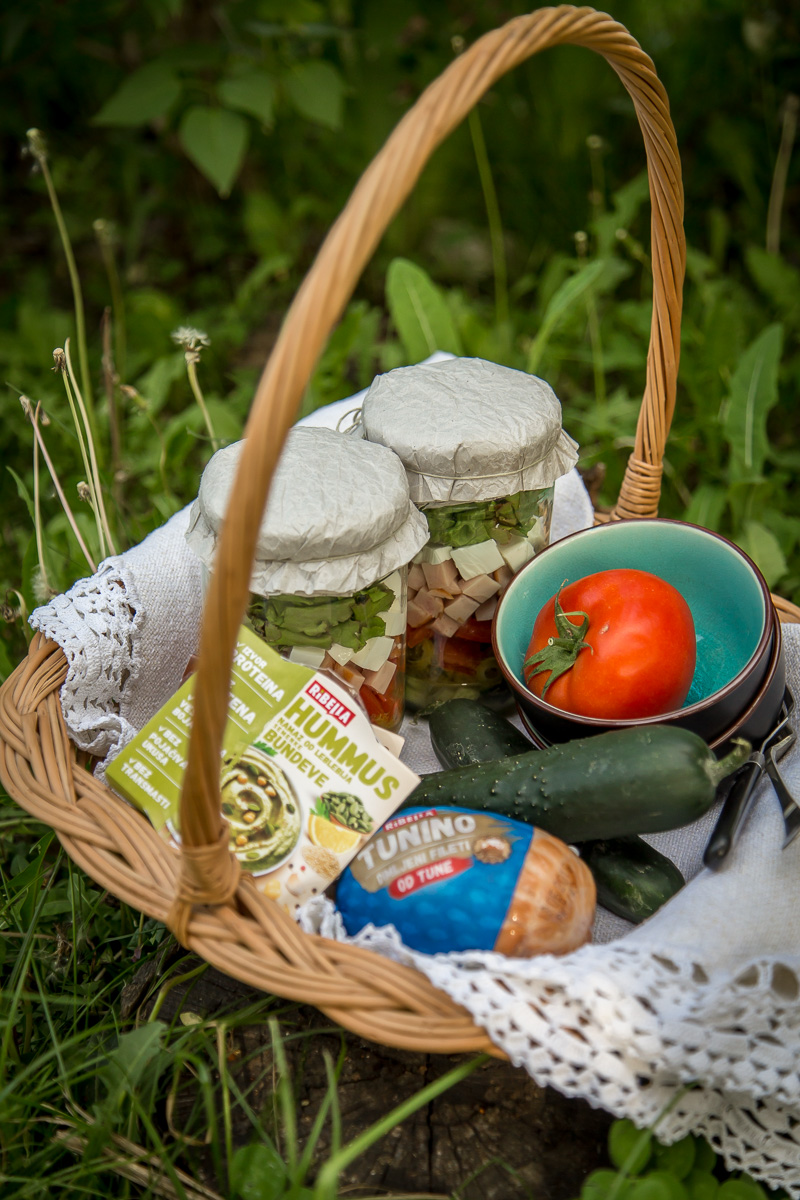 Korpa za piknik sa piknik salatom
