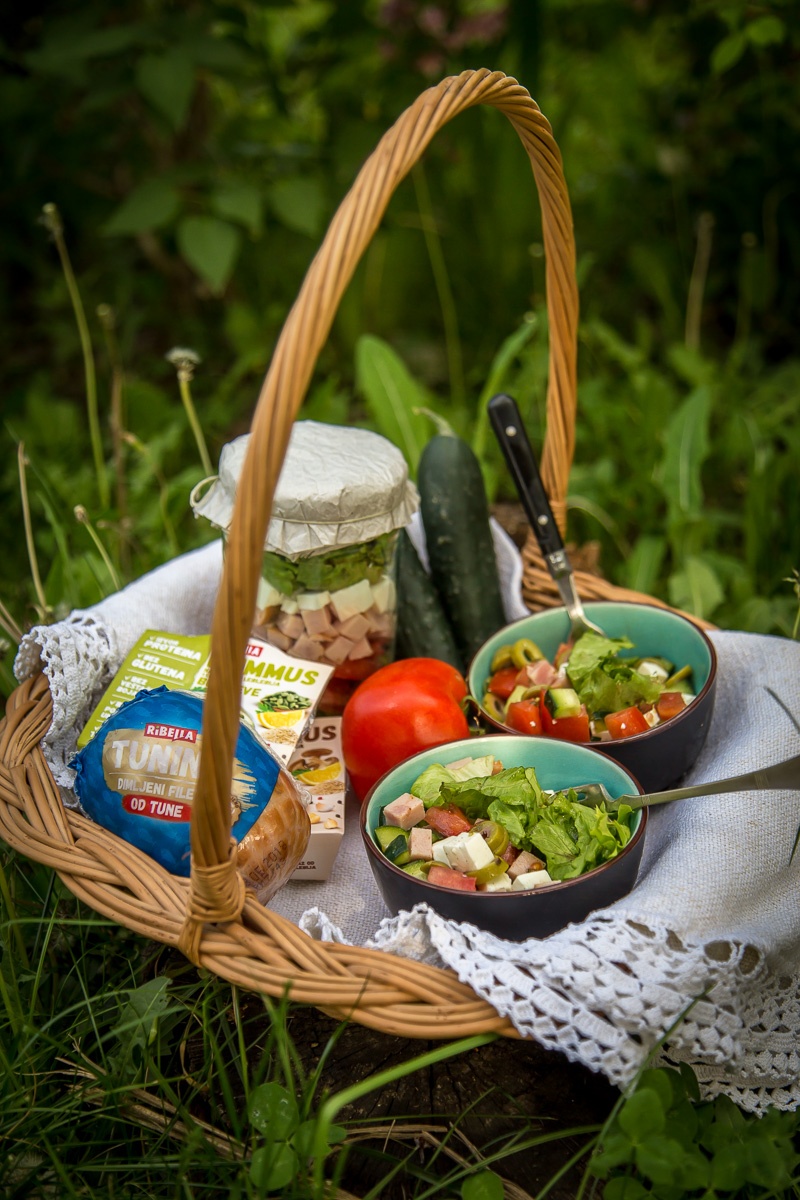 Piknik salata u tegli sa paradajzom, krastavcem i tuninom
