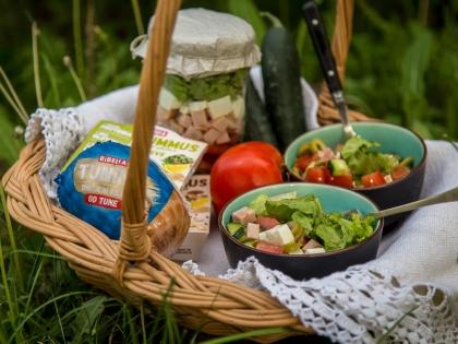 Piknik salata u tegli sa povrćem i tunino salamom