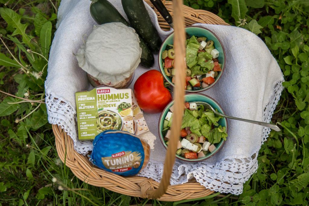 Savršen piknik uz piknik salatu u tegli