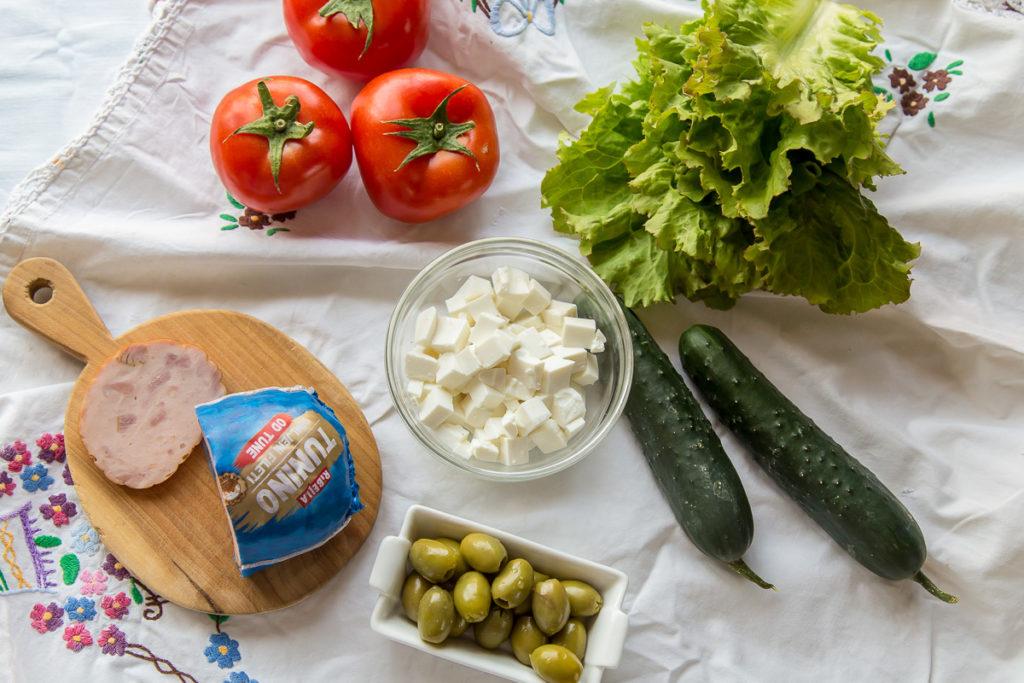 Pogled odozgo na sastojke za piknik salatu u tegli