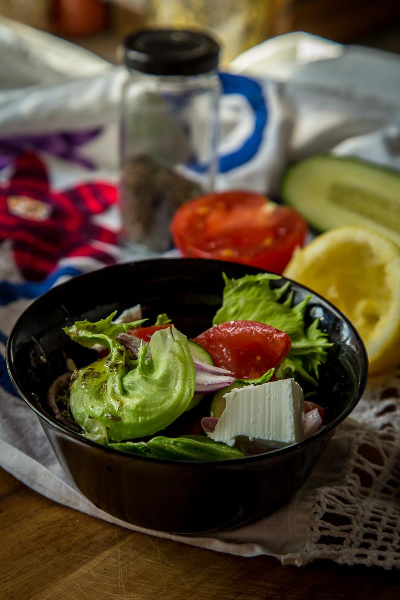Grčka salata od krastavaca, paradajza, luka, maslina i feta sira