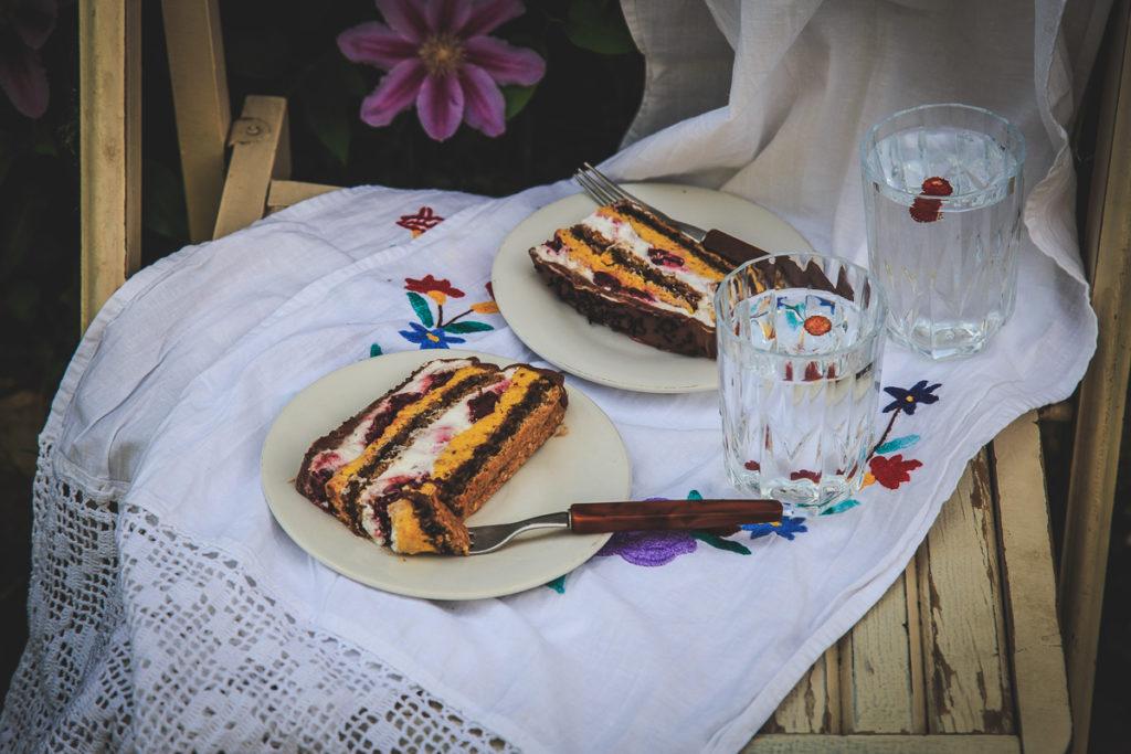 Torta od pecenih lesnika, mlecne cokolade i visanja
