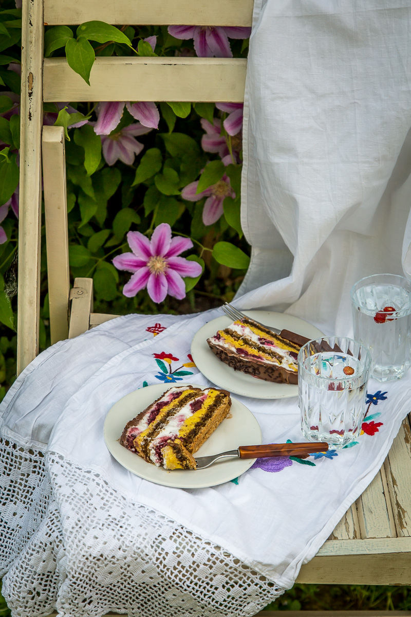 Nugat torta - savrsena kombinacija pecenih lesnika, mlecne cokolade i visanja