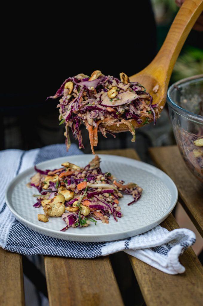 Tajlandska salata sa ljubičastim kupusom i dresingom od kikirikija