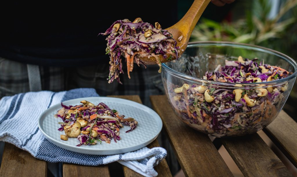 Tajlandska salata sa ljubičastim kupusom, šargarepom i kikirikijem