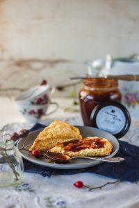 Skonsi sa džemom od šipka za doručak