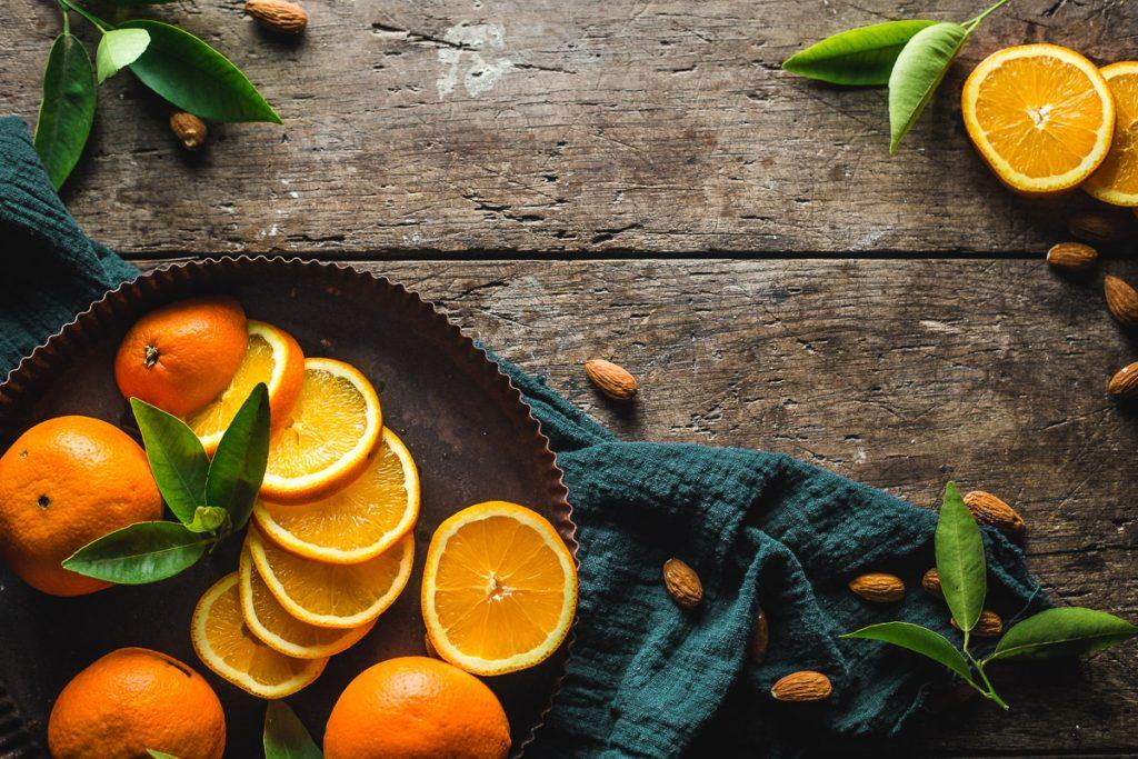 Pomorandže na drvenom stolu