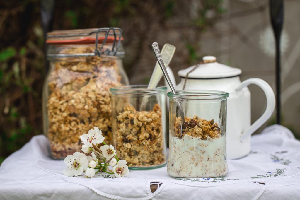 granola poslužena sa jogurtom