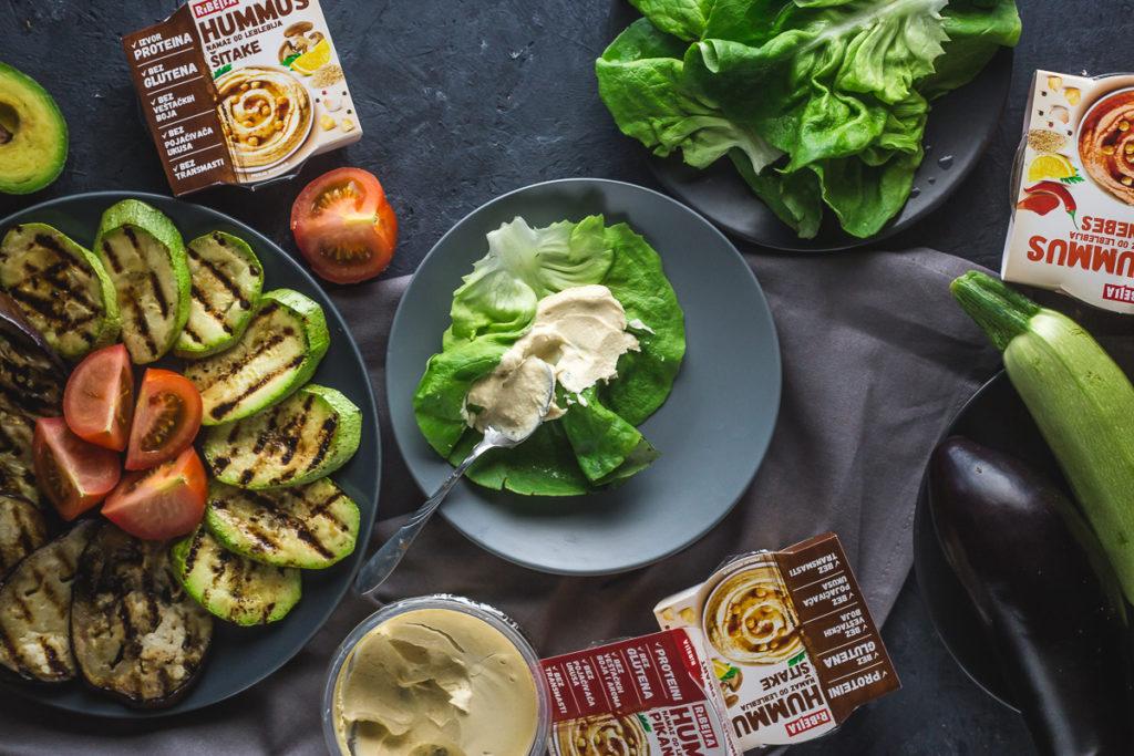 humus na listu zelene salate