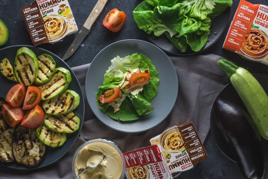 salata sa humusom, povrćem i paradajzom