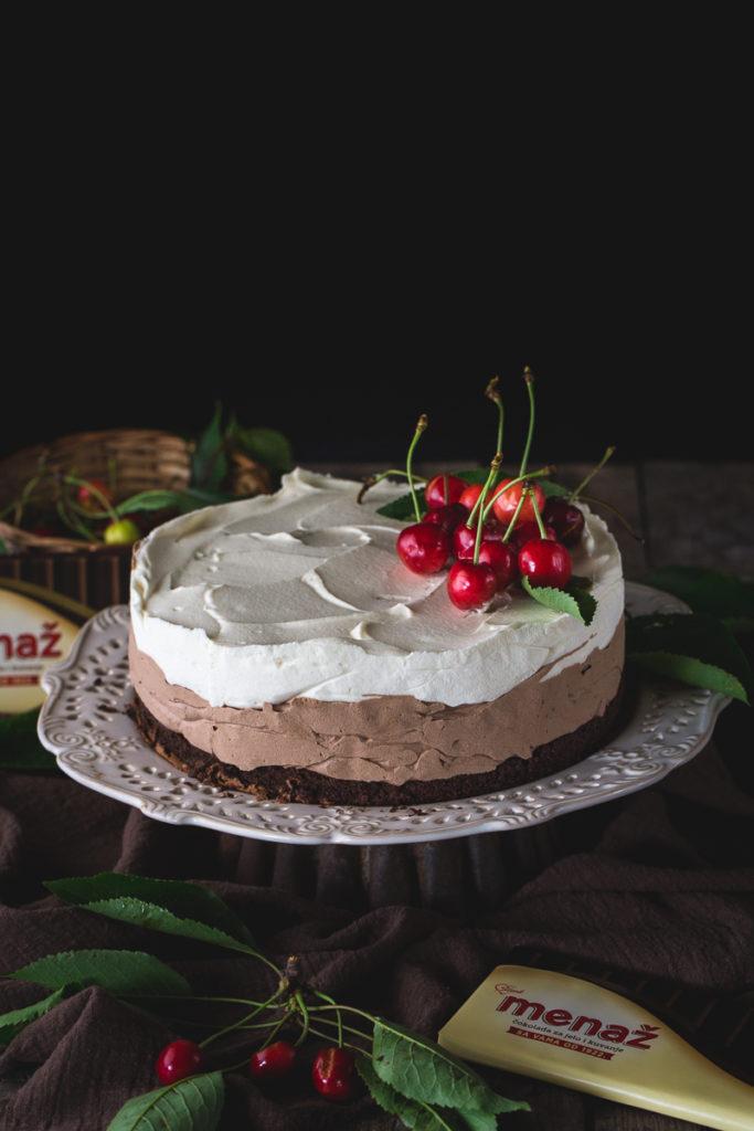 Čokoladna torta ukrašena trešnjama