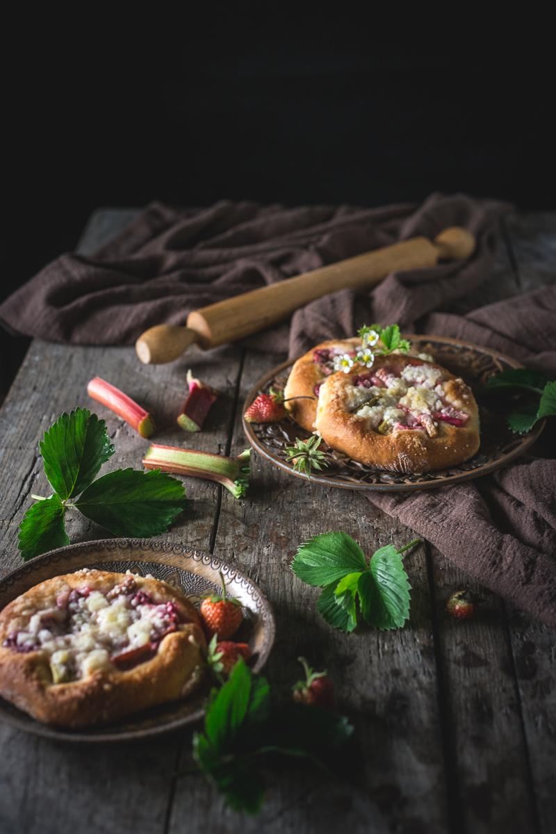 Mekana peciva sa rabarbarom u rustičnom ambijentu