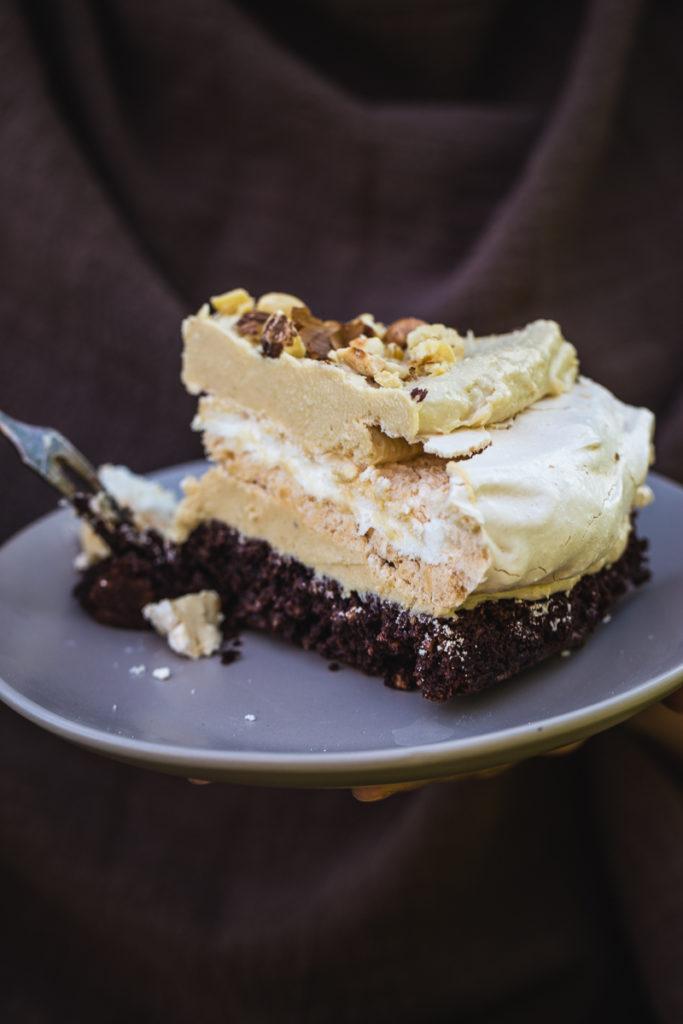 Torta sa lešnicima i alvom parče na tanjiru