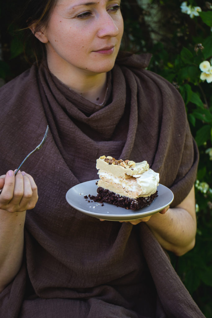 Devojka drži parče torte