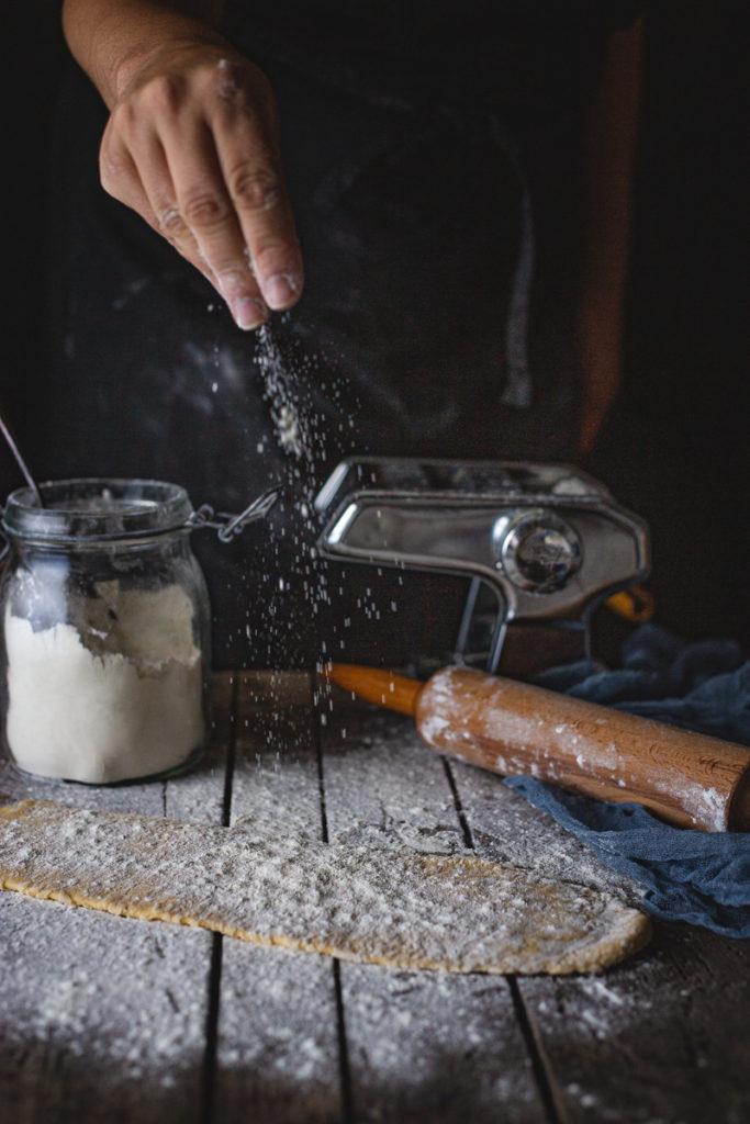 sipanje brašna na testeninu