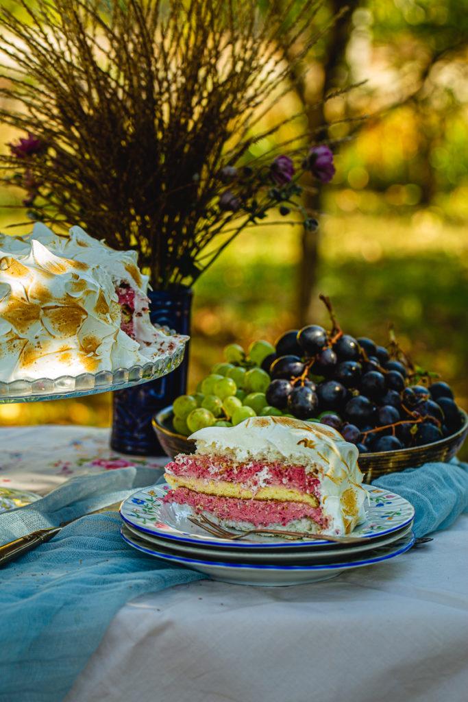 Parče torte sa tanjirom punim grožđa
