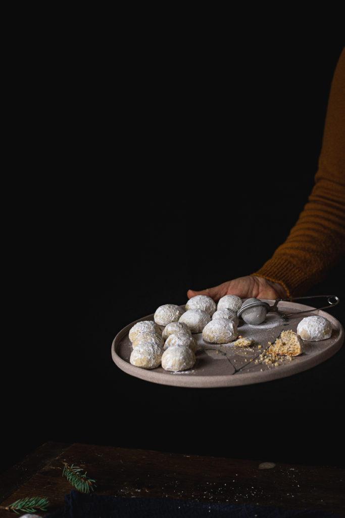 snežni keksići posluženi na rena tanjiru
