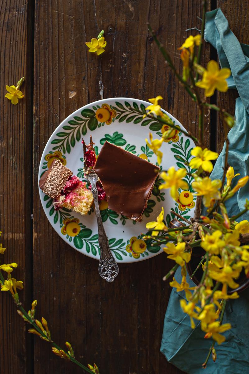 kolač sa višnjama fotografisan odozgo