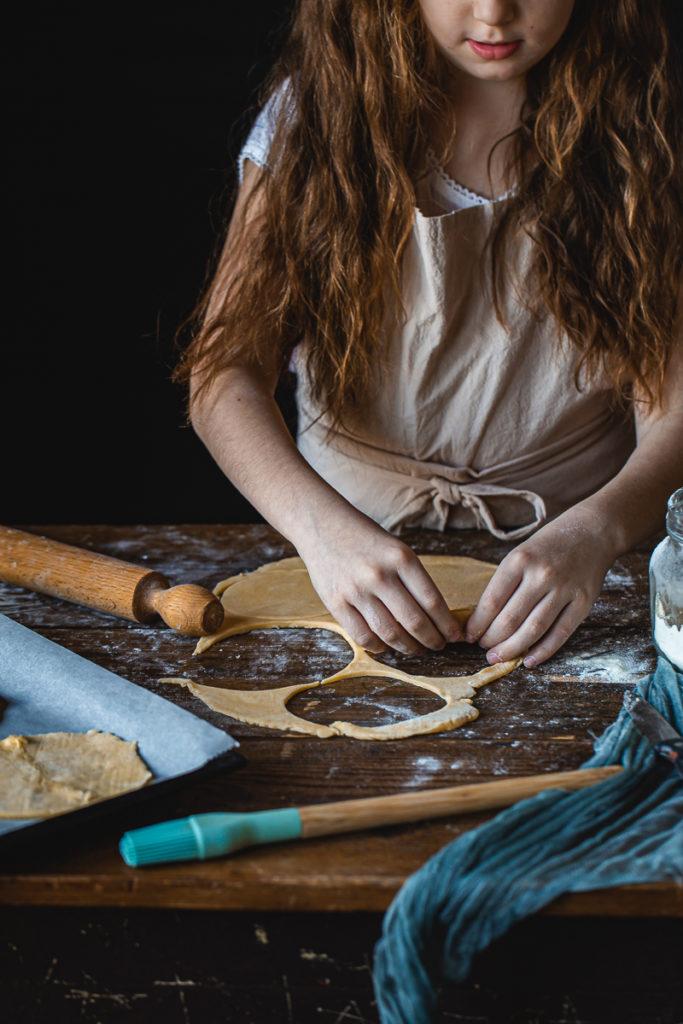 devojčica pravi kolače