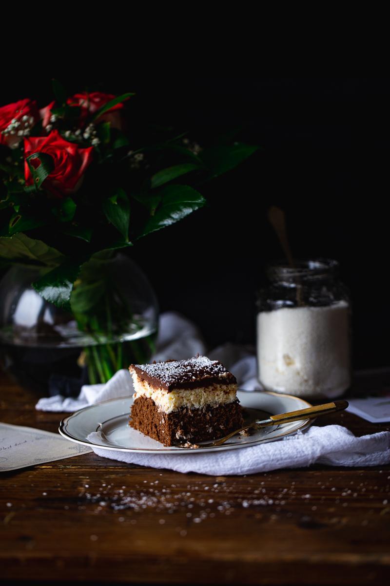 Čokoladni kolač sa kokosom na tanjiru