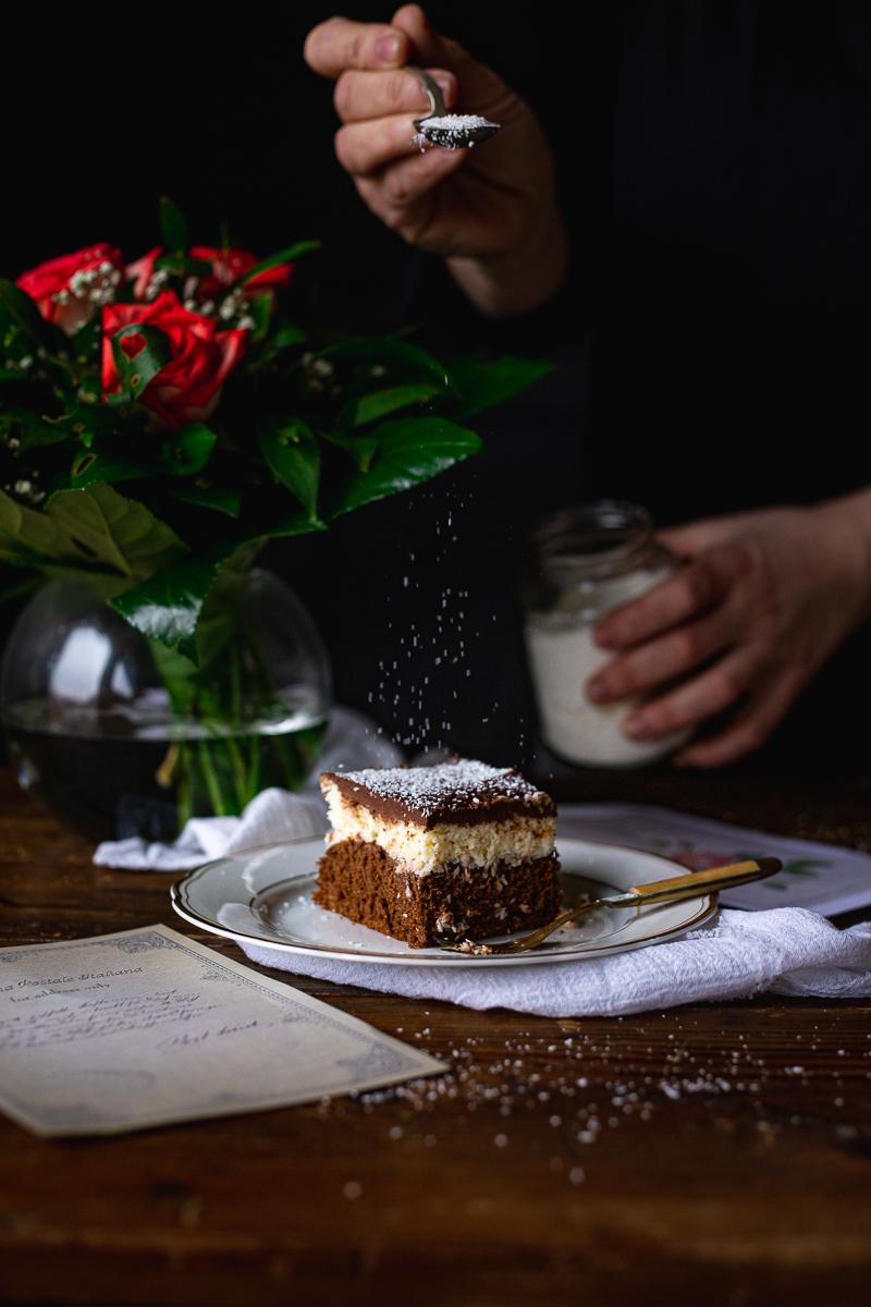 posipanje kokosa na čokoladni kolač sa kokosom