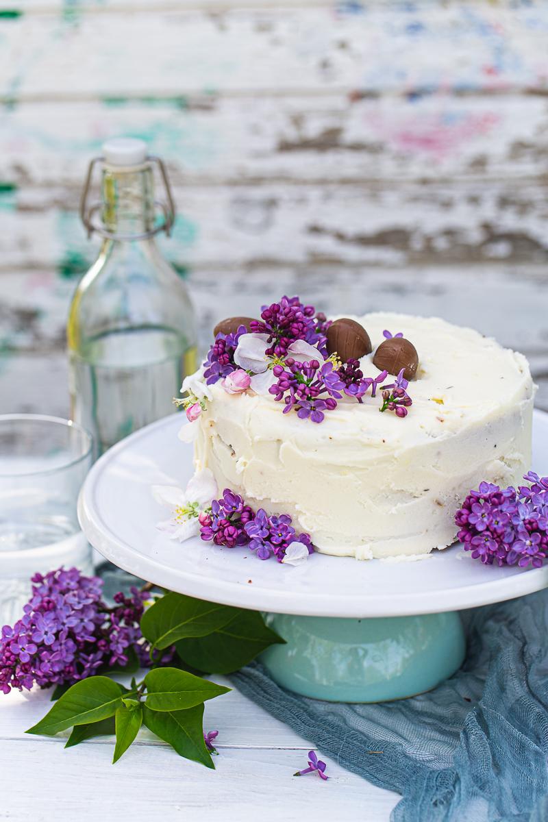 Jednostavna torta u belom sa jorgovanom