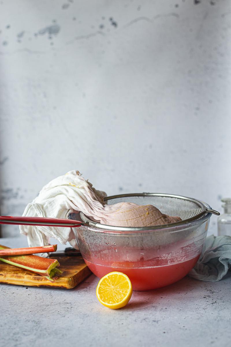 sirup od rabarbare spreman za ceđenje