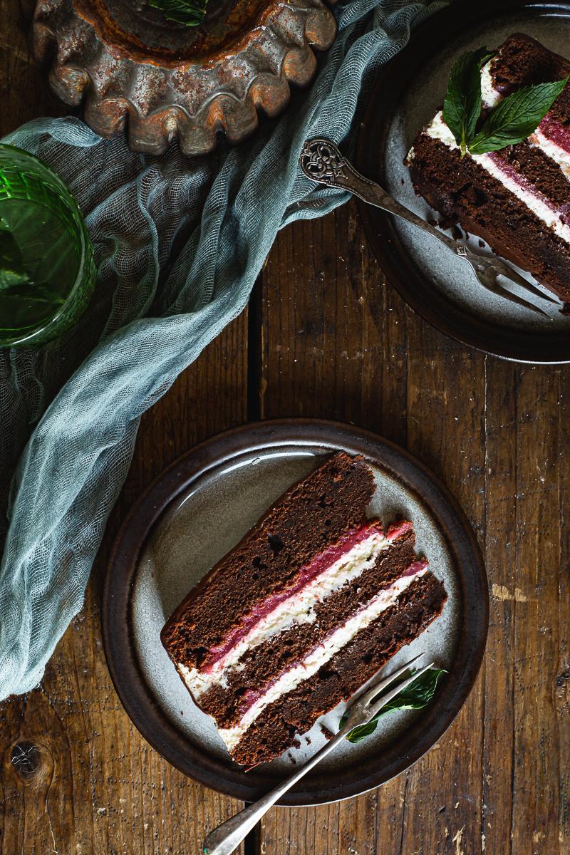Torta sa jagodama i čokoladom parče na tanjiru