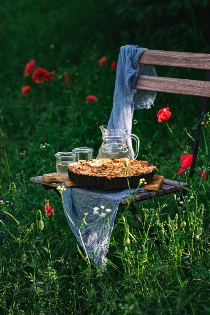 Pita od rabarbare u polju makova