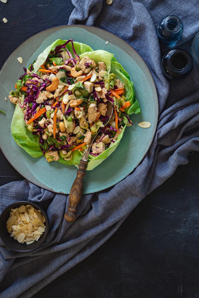 Azijska salata na keramičkom tanjiru