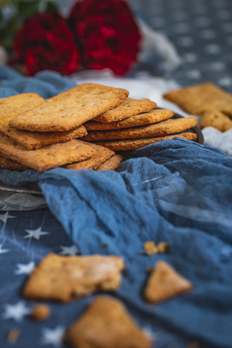 Krekeri američki na plavoj pozadini