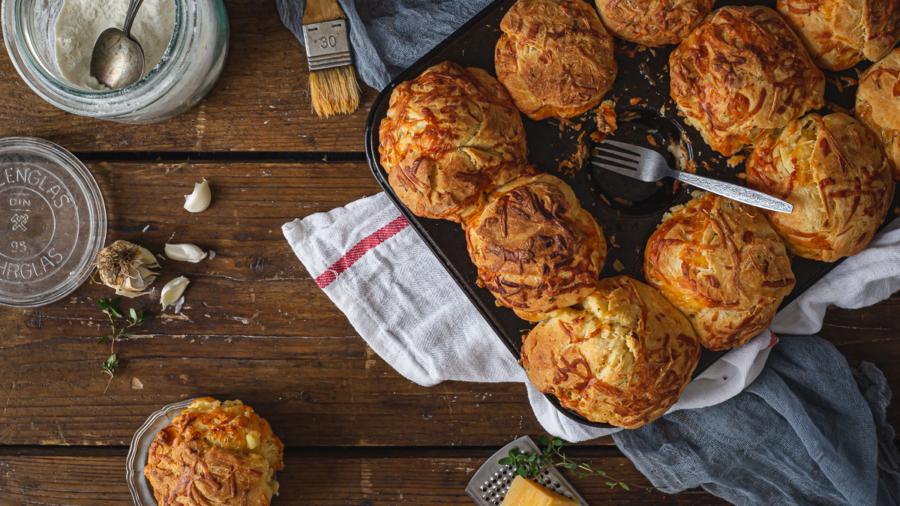 Brioš zemičke sa belim lukom i sirom